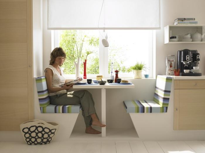 Stolik s divanchikami u okna